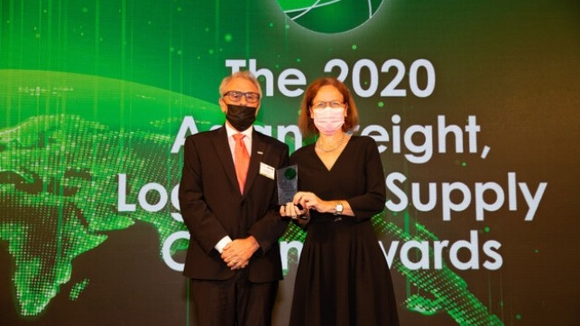 John Parkes (l.), Managing Director Integrated Services of KERRY LOGISTICS, presents Anne Thiesen with the BEST SEAPORT EUROPA award © Asia Cargo News