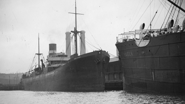 SS Iron Crown alongside SS Hagen. ©National Library of Australia