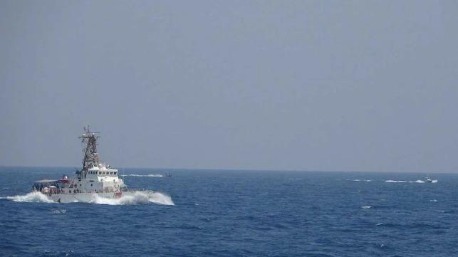 US fires warning shots at Iranian fast boats