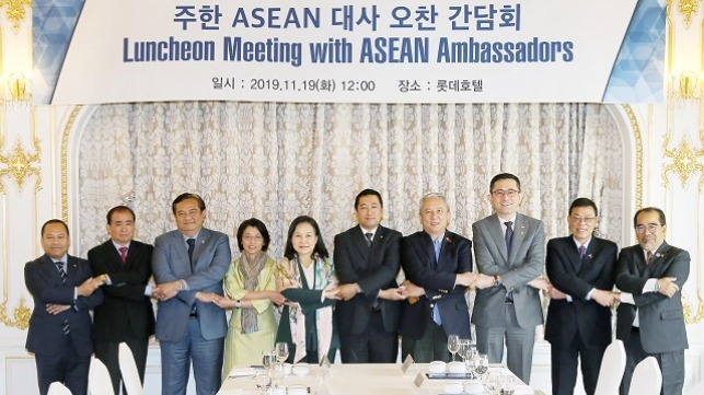 South Korea's Trade Minister Yoo Myung-hee (fifth from the left) held a luncheon meeting with ambassadors from ASEAN countries in Seoul prior to the Busan summit.
