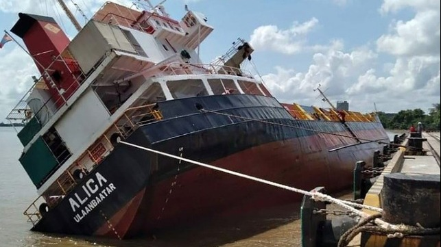 ship loses stability rollinhg and dumping containers overboard