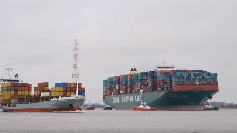 chinese container ship aground near hamburg. Black Bedroom Furniture Sets. Home Design Ideas
